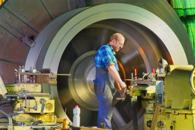 Industriefoto Mann an Maschine Fotograf Lothar Drechsel Mönchengladbach