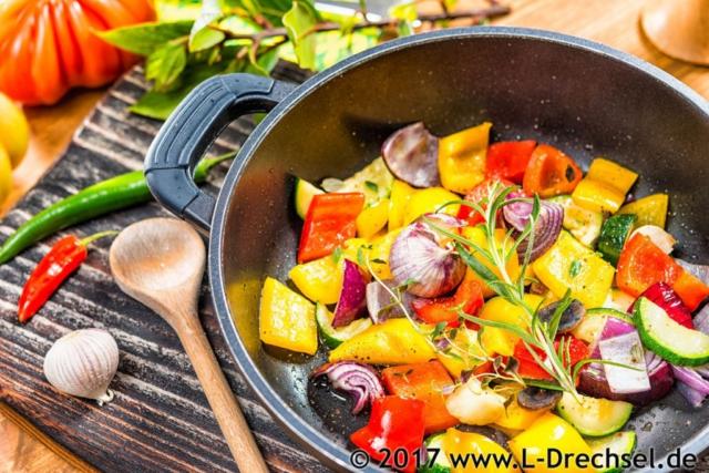 Produktfotografie Still Food Gemüsepfanne auf Holzbrett Fotograf Lothar Drechsel Mönchengladbach